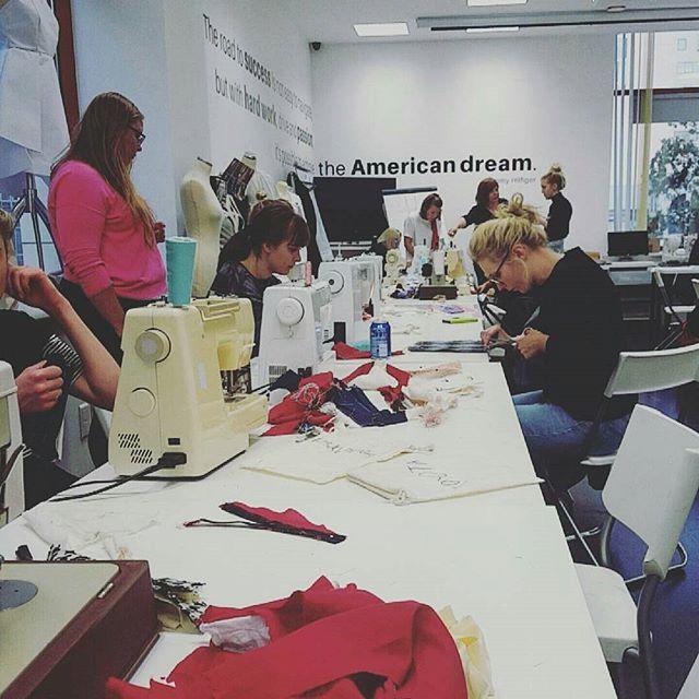 Zaczynamy nowy tydzień! Życzymy dużo inspiracji przed sesją! Zdjęcie: @izabelallele#school #fashionschool #szkolamody #moda #szkolaprojektowania #projektant #polskiprojektant #poland #szkolaprojektowaniamody #rysunek #rysunekzurnalowy #rysunekmodowy #polska #ootd #blogger #vlogger #fashionblogger #stylist #stylish #talent #fashionillustration